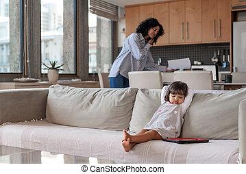 mère, fille, fonctionnement, après, regarder, elle, occupé, entrepreneur