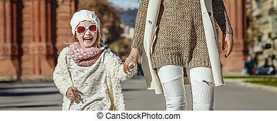 mère fille, près, arc, de, triomf, dans, barcelone, marche