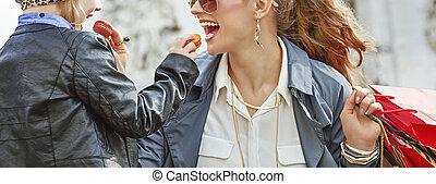 mère fille, près, arc triomphe, manger, macarons