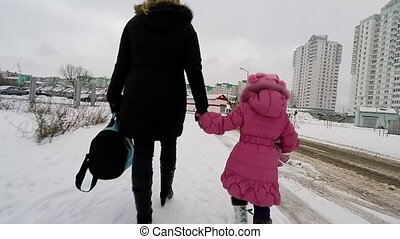 mère, fille, tenant mains