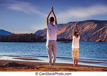 fille plage yoga exercice m re photo de stock rechercher images et clipart csp15701523. Black Bedroom Furniture Sets. Home Design Ideas