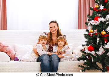 mère, filles, arbre, portrait, noël, deux, jumeaux