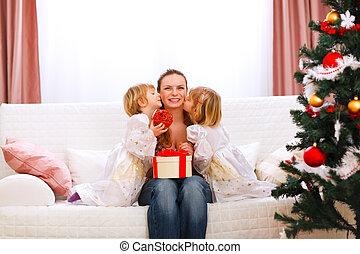 mère, filles, arbre, présentation, cadeau, baisers, deux, noël, jumeaux, elle