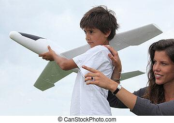 mère fils, jouer, à, a, grand, modèle, avion jouet