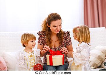 mère, girl, don ouverture, présenté, jumeaux