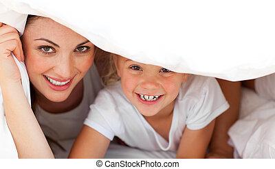 mère, girl, jouer, lit, heureux, ensemble, blonds, elle