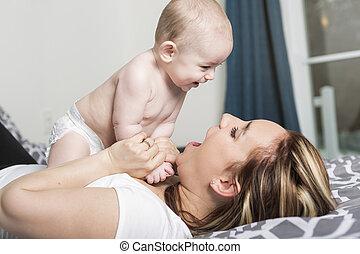 mère, jeune, lit, portrait, bébé, maison, heureux