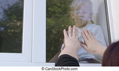 mère, mains, contre, regarder verre, fenêtre, autre, pressé, enfant, chaque