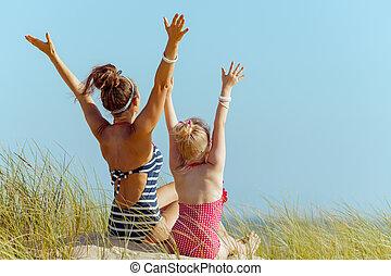 mère, moderne, swimwear, océan, rivage, enfant, réjouir