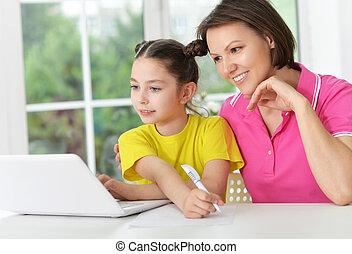 mère, ordinateur portable, fille