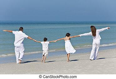 mère, père enfants, famille, tenant mains, à, plage