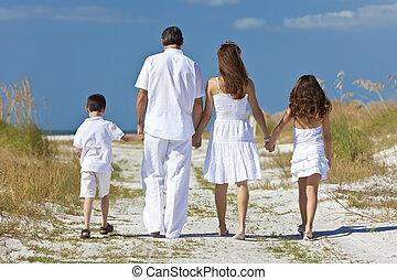 mère, père enfants, marche famille, à, plage