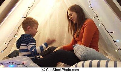 mère, peu, heureux, enfants, garçon, jouer, gosse, home., playroom., sien, caucasien, tente