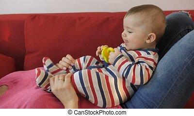 mère, pieds, mains, bébé, jouer, son's