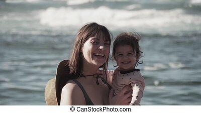 mère, plage., eux-mêmes, bébé, apprécier, girl