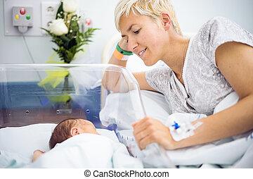 mère, regarder, à, amour, à, elle, nouveau-né, garçon