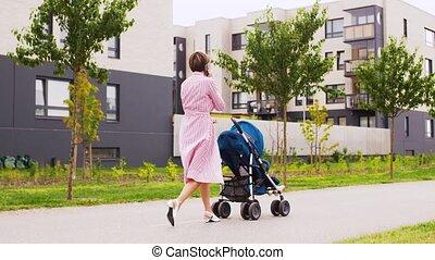 mère, smartphone, poussette, ville, appeler