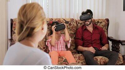 mère, sourire heureux, maman, portrait, et, famille, jouer, réalité virtuelle