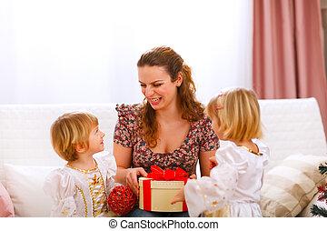 mère, tenue, filles, heureux, cadeau, jumeaux, elle