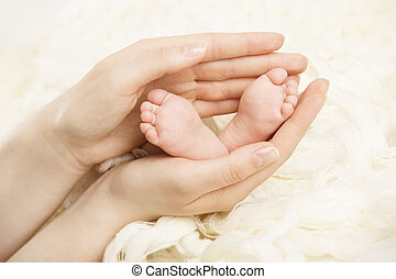 mère, tenue, né, parent, nouveau-né, pieds, hands., nouveau