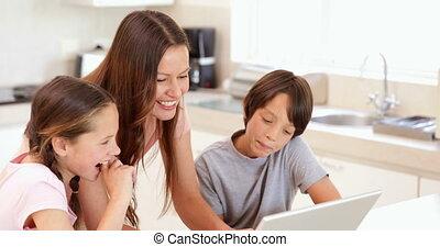 mère, utilisation, enfants, elle, ordinateur portable