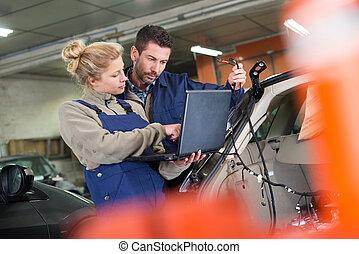 mécanicien, ordinateur portable, utilisation, femme, client
