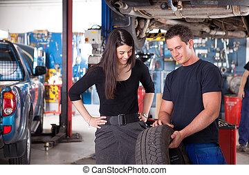 mécanicien, projection, pneu, à, femme, client