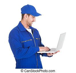 mécanicien, sur, fond, utilisation, blanc, ordinateur portable