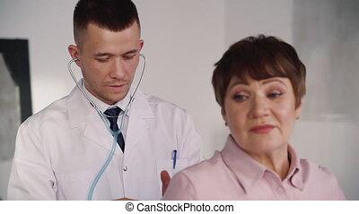 médecin, patient, examiner, spécialiste, femme, praticien, personne agee, intelligent