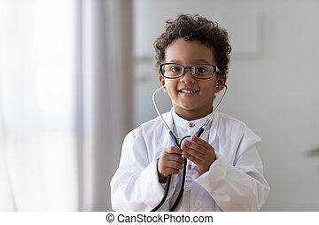 médecin tête, portrait, garçon, peu, américain, jouer, rigolote, coup, africaine