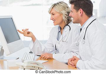 médecins, utilisation ordinateur, à, bureau médical