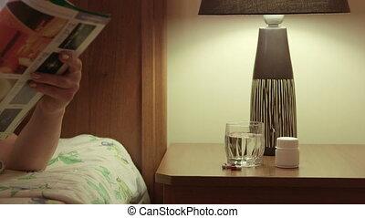 médicament, prendre, main, chevet, femme, chambre à coucher...