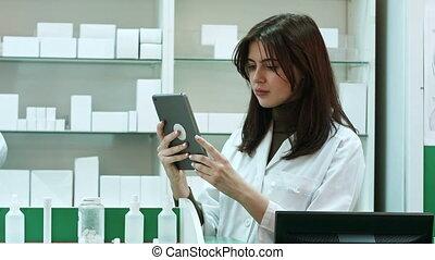 médicament, tablette, recherche, femme, numérique, pharmacien