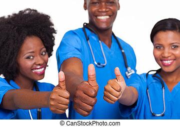 médico, africano, polegares cima, equipe