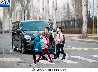 médico, cruz, school., camino, ir, escuela, masks., niños