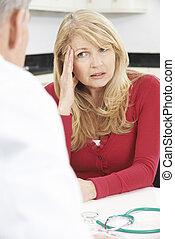médico de mujer, preocupado, maduro, cirugía, reunión