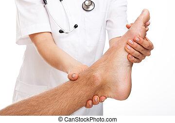 médico, examinando, doloroso, pé