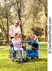 médico feminino, saudação, recuperar, sênior, paciente, em, cadeira rodas