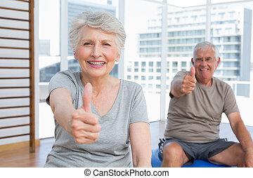médico, ginásio, cima, gesticule, polegares, par velho