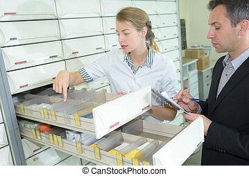 médico, inspector, verificar, el, farmacia, suministro