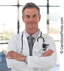 médico maduro, sonriente