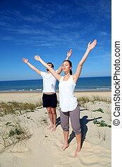 méditer, couple, plage, bras haut