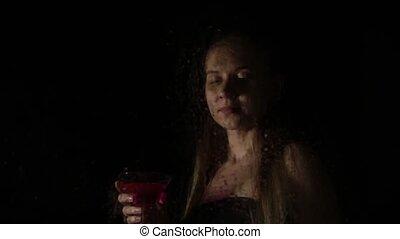 mélancolie, femme, cocktail, derrière, jeune, triste, arrosez verre, drops., poser, modèle, couvert, sexy, transparent, boissons