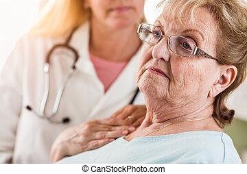 mélancolie, femme, consolé, docteur, être, adulte aîné, femme, infirmière, ou