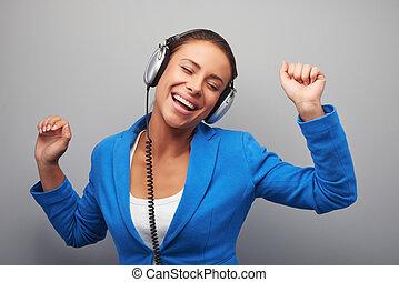 mélangé, femme, jeune, course, écouteurs