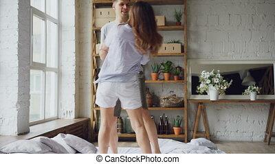 mélangé-race, couple, romantique, danse, moments, concept., gens, vêtements, lit, rire, romance, conversation, relationship., ensemble, apprécier, adorable, désinvolte, heureux