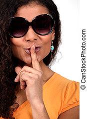 mélangé-race, femme, lunettes soleil, demander, silence