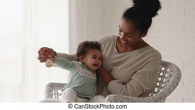 mélangé, son., adorable, jouer, mère, course, nourrisson, sourire