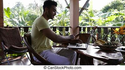 mélange, informatique, fonctionnement, séance, ordinateur portable, boisson, jeune, avoir, jus, quoique, course, terrasse, dactylographie, table, type, dehors, petit déjeuner, homme