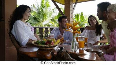 mélange, sourire, groupe, gens, lunettes, reposer ensemble, gai, jus, terrasse, course, été, table, petit déjeuner, grillage, amis, avoir, heureux